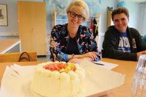 Elisabeth Svantesson (M) välkomnades med tårta. Foto: Ida Lindkvist
