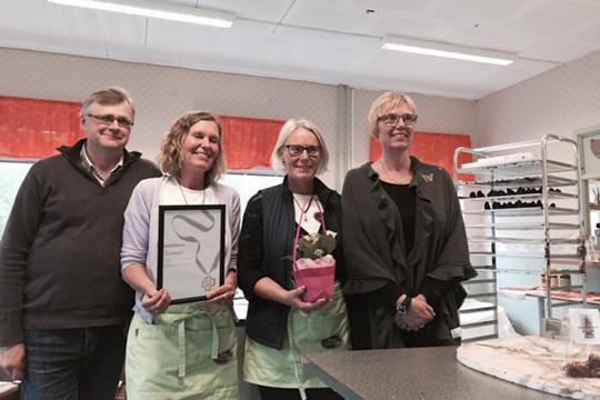 Det är viktigt att visa uppskattning för småföretagens storhet, menar Centerpartiet i Lindesberg som här ger företagarna Gunilla Borensjö och Ywonne Lindberg diplom för deras affärsidé. Foto: Centerpartiet i Lindesberg