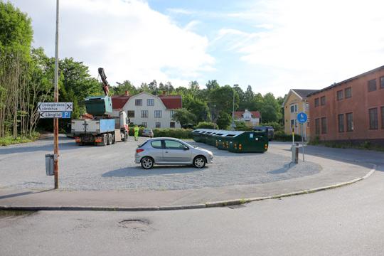 Återvinningsstationen på Banvägen gör en mellanlandning söderut på samma gata. Foto: Fredrik Norman