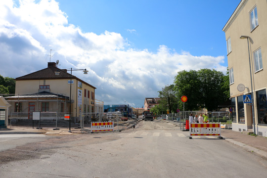 Sträckan förbi stationshuset och Flugparkens östra sida, skall fortsättningsvis likna en torgyta med stenplattor istället för asfalt. Foto: Fredrik Norman