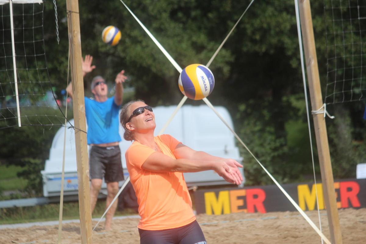 Med sitt Fia med knuff tog Ulrika Kvist hem damsegern i lördagens beachturnering. FOTO: Hannes Feldin