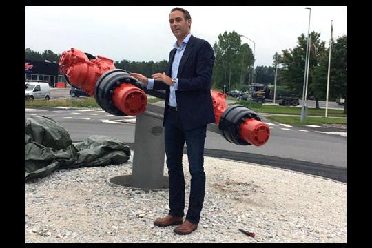 Meritors platschef, Tomas Bäckman, bredvid konstverket som nu pryder den nya rondellen på industriområdet. Foto: Camilla Lagerman