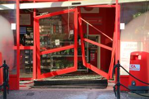 Entréns inre dörrar hänger kvar i butiken, medan de yttre ligger flera meter ut på parkeringen. Foto: Fredrik Norman