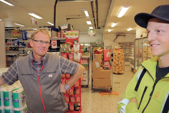 ICA-handlare Kalle Eriksson i samtal med snickaren Daniel Larsson. Foto: Fredrik Norman