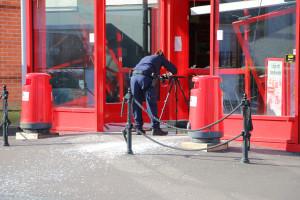 Polisen gör en teknisk undersökning av brottsplatsen. Foto: Fredrik Norman