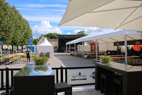 Strax före lunch var festivalområdet snudd på färdigt för fest då endast smådetaljer kvarstod innan gästerna kunde släppas in. Foto: Fredrik Norman