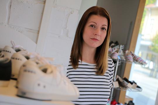 Jenny Ljungkvist siktar på tandhälsa när den egna hälsan hindrar henne att ha kvar skobutiken. Foto: Fredrik Norman