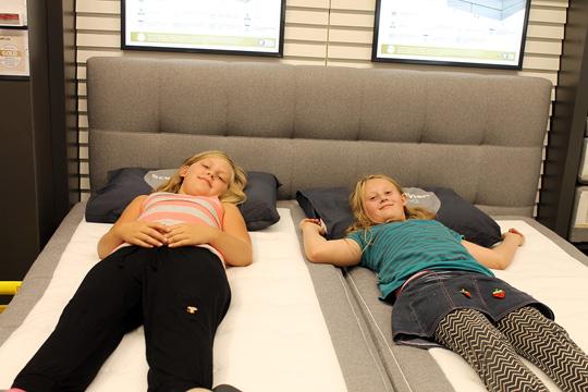 Izabella Almnor och Tuva Lekeborn tyckte att besöket hos JYSK var avkopplande. Foto: Camilla Lagerman