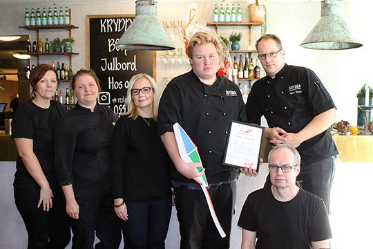Delar av Kryddagänget samlat, med ägarna Sandra Gustafsson och Björn Persson på varsin sida om dagens huvudperson Simon Westerholm.   Foto: Camilla Lagerman