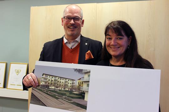 Roger Sixtensson, VD LIBO/FALAB, tillsammans med arkitekt Tina Wik, som har ritat Strandskolans framtida syskonhus. Arkivfoto: Hans Andersson / LindeNytt