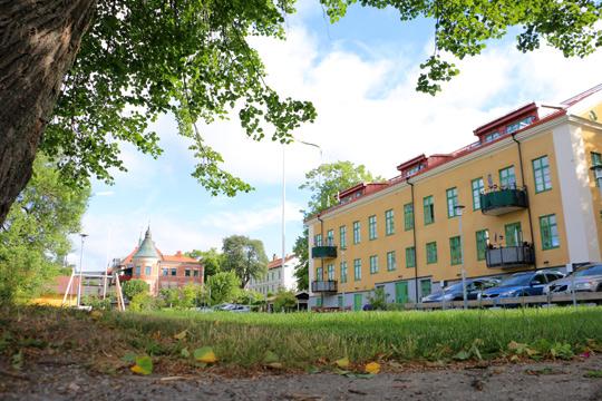 Slutgiltig dom ger kommunen rätt att bygga nya hyresrätter vid Strandskolan. Arkivfoto: Fredrik Norman