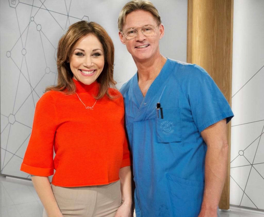 Doktor Mikael som vi vana att se honom, tillsammans med Tilde. Foto: TV4