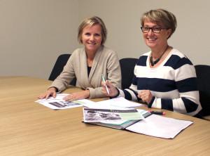 Anne Resare (till höger) tillsammans med Heléne Broberg, Lindeskolan, som arbetar med mässan. Foto: Jennie Larsson