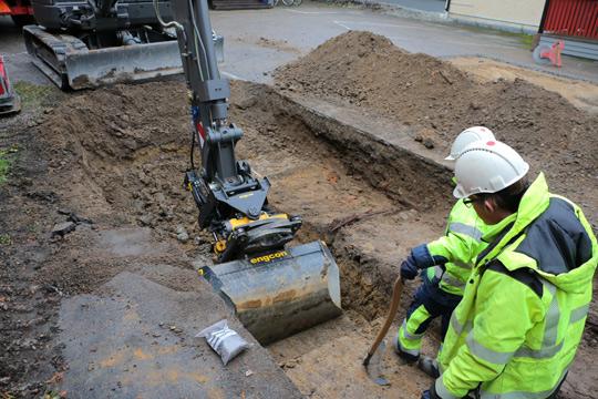 Idag fick arkeologerna hög puls när en mycket gammal husgrund hittades i kv. Bromsen. Foto: Fredrik Norman