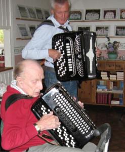 Tord  Inglann och Rune Englund bjöd på dragspelsmusik.