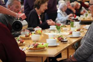 Kaffe med dopp, lyder lockropet. I själva verket bjuds gästerna på mycket mer än så, när rejäla lunchsmörgåsar dukas fram. Foto: Ida Lindkvist