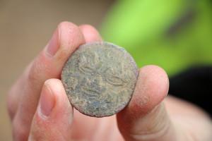 Det här kopparmyntet hittades 80 cm under jord och kan vara så gammalt som från Drottning Kristinas tid. Foto: Fredrik Norman