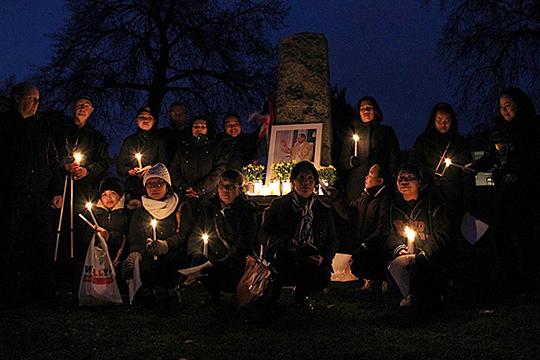 Många samlades på fredagskvällen för att hedra kungen. Foto: Jennie Larsson