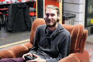 Rickhard Nilsén passar på att köra en omgång av TV-spelet Ultimate Chicken. Foto: Jennie Larsson