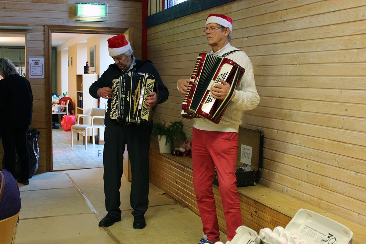 Arne Gustavsson och Lars Fagré höjde stämningen på marknaden. Foto: Jennie Larsson