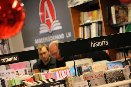 I historieboken står att Blombergska Bokhandeln startades för 160 år sedan. Om en månad får butiken sitt ursprungliga namn tillbaka. Foto: Fredrik Norman