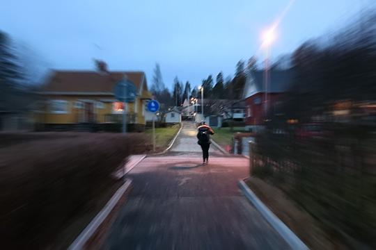 Här riskerar skolbarn att gå eller cykla rakt ut i gatan. Nu bommar man igen korsningen. Foto: Fredrik Norman