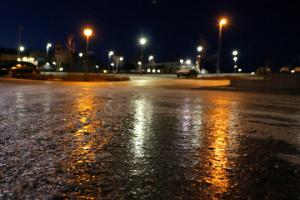 Området kring arenan var rena skridskobanan på tisdagsmorgonen. Foto: Fredrik Norman