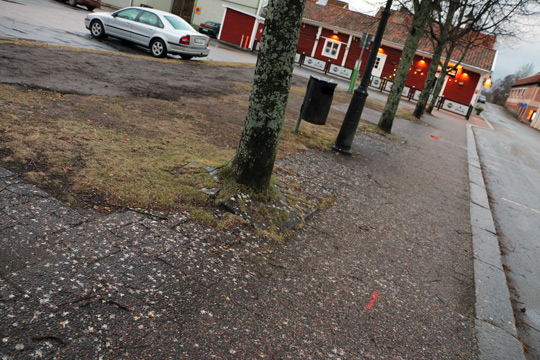 Bilden är tagen på Smedjegatan dagarna innan snön lade sig och gömde det kajorna lämnat efter sig på trottoaren. Foto: Fredrik Norman