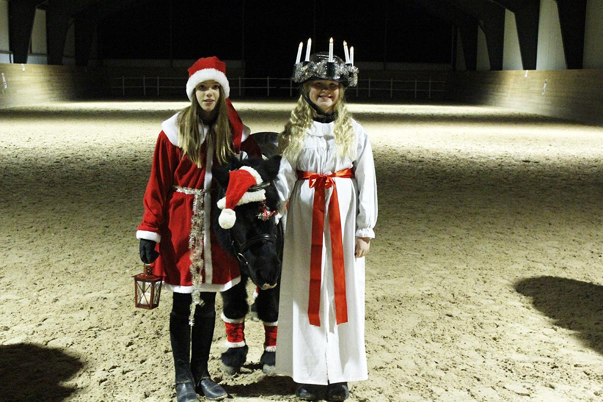 Tomtenissan Saga Ivarsson och kvällens Lucia Tyra Carlzon. Foto: Camilla Lagerman