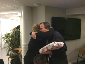 """Statsministern uppskattade julklappen. Här ger han Irja Gustavsson en kram som tack för uppvaktningen. """"Det kanske är den enda julklappen jag får i år"""", skrattade statsministern"""