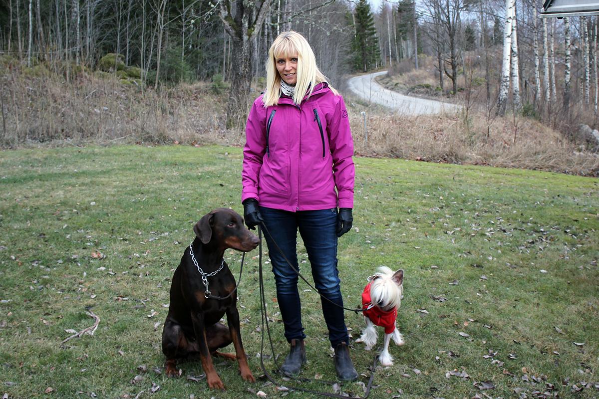 Lindesbergs Brukshundklubbs ordförande Malin Johansson med hundarna Brego och Kansas, hoppas på stor uppslutning till torsdagens promenad. Foto: Camilla Lagerman