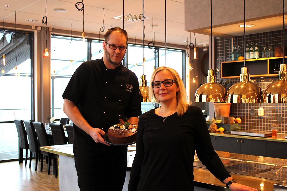 Nöjda restaurangägare som idag bjuder sina lunchgäster på tårta. Foto: Jennie Larsson