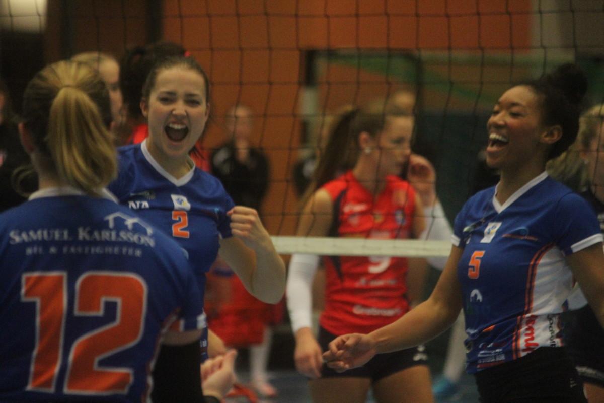 Vrål av glädje. Lindesberg Volley lyckades studsa tillbaka och vinna bronsmatchen. ARKIVFOTO: Hannes Feldin