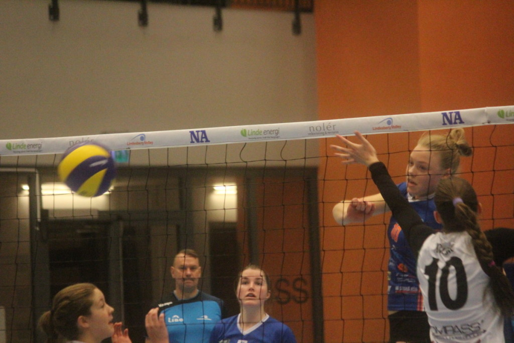 Det blev en dag på jobbet för Elsa Arrestad och kaptenens Lindesberg Volley. ARKIVFOTO: Hannes Feldin