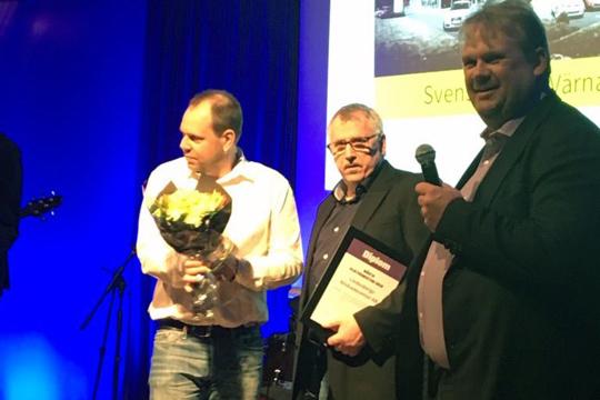 Henrik Carlson och Peter Larsson tar emot priset och utmärkelsen BÄSTA PLÅTVERKSTAD 2016.  Foto: Privat