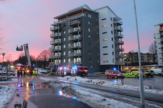 Flertalet brandbilar, polis och ambulans kallades ut på larmet. Foto: Fredrik Norman