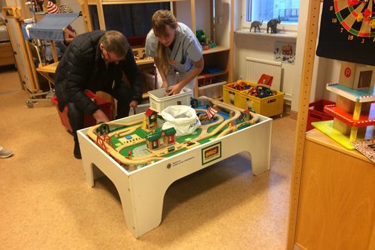 Sjuka barn på USÖ fick gåva från Lindesbergs lejon. Foto: Bengt-Göran Karlsson, Lions Club Lindesberg