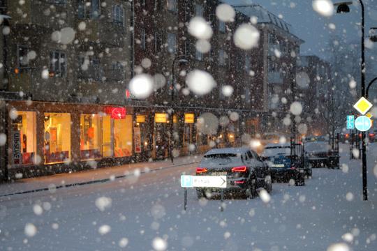 Bild tagen på Kristinavägen i samband med att snöovädret precis hade nått Lindesberg. Foto: Fredrik Norman