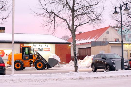 Snöhögarna blir lägre. På tisdagsmorgonen började man köra bort snön från uppsamlingsplatser i centrum. Foto: Fredrik Norman