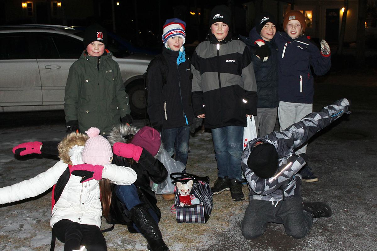 Anton, Robin, Willian, Aron. Loke, Paula, Emeilie och Viggo var ute och samlade batterier. Foto: Camilla Lagerman