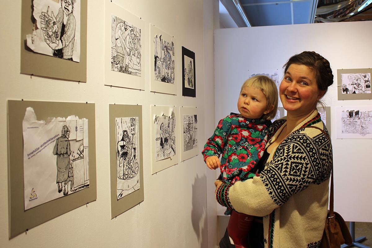Ulrika Linder tillsammans med sin egen lilla konstkritiker Emmy, snart 3 år.