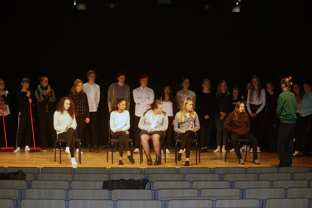 Ljud, ljus och koreografi satt som det skulle när eleverna från kulturskolan Garnalia repeterade inför dagens musikal. Foto: Jennie Larsson