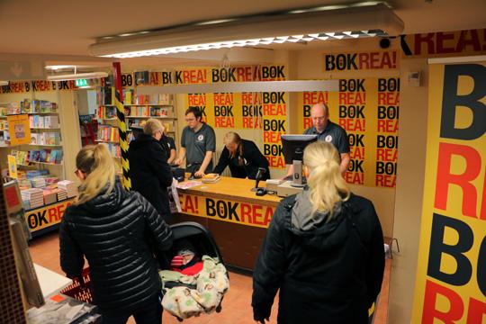 Klockan 06.00 gick startskottet för årets stora bokrea. Foto: Fredrik Norman