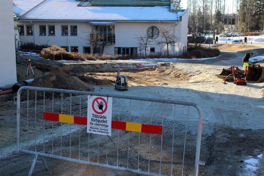 I direkt anslutning till kommunhuset, byggs en reservkraftstation som skall se till att kommunhuset inte slocknar om strömmen går. Foto: Camilla Lagerman