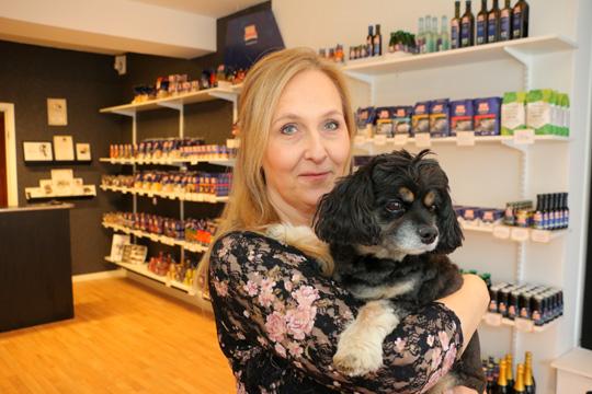 "Maria Larsson med hunden Ozzy inne i ""Mia's Skafferi"". Foto: Fredrik Norman"