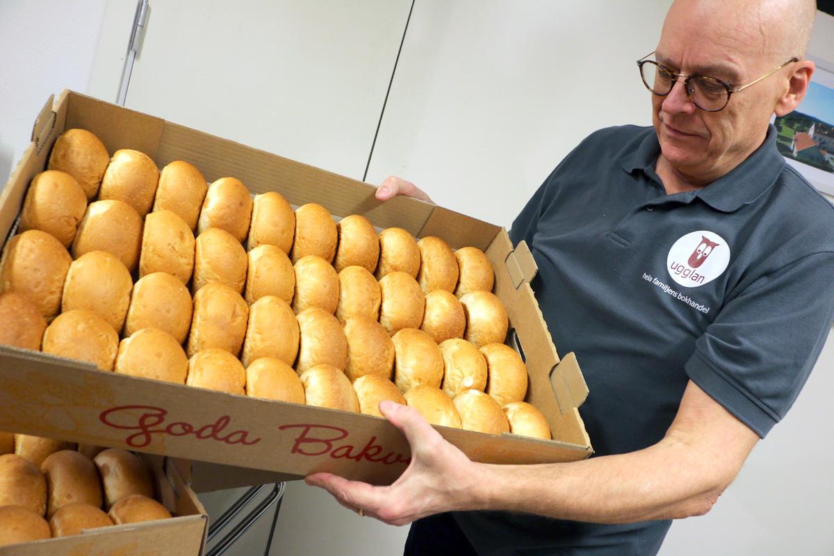 - Det går åt några hundra frallor när vi dukar fram frukosten till reastarten, berättar Olle i färd att ställa fram en ny laddning åt kunderna. Foto: Fredrik Norman