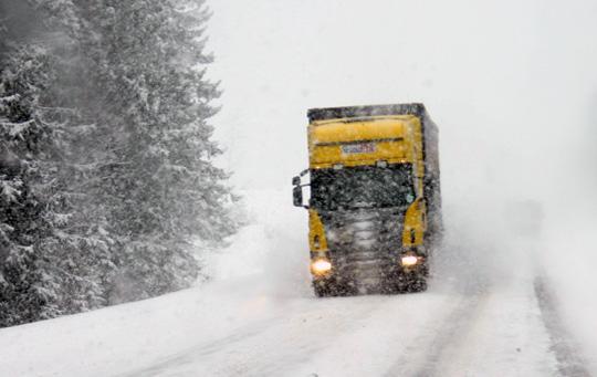 Snöfallet har ställt till det för den tunga trafiken på riksväg 50. Arkivfoto: Fredrik Norman