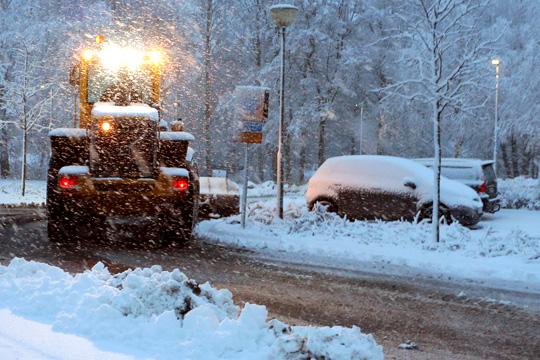 Pågående snöröjning i området runt Lindesberg Arena. Foto: Fredrik Norman