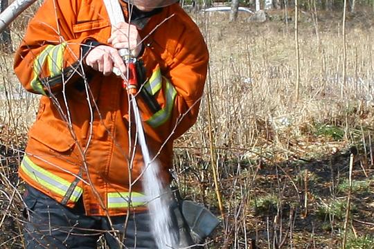 Just nu råder risk för gräsbränder i våra trakter. Arkivfoto: Fredrik Norman