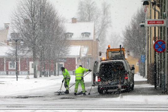 Här fylls potthålen igen på Smedjegatan. Foto: Fredrik Norman